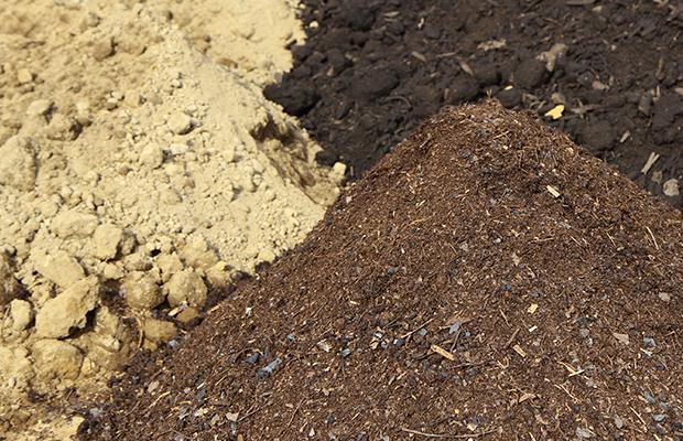 大地肥・堆肥類をまく